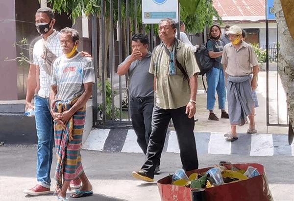 Terdakwa Yanuarius Bria Seran alias Bei Ulu dikawal ketat aparat Polres Malaka saat mendatangi PN Atambua, Senin (4/1/21) pagi.