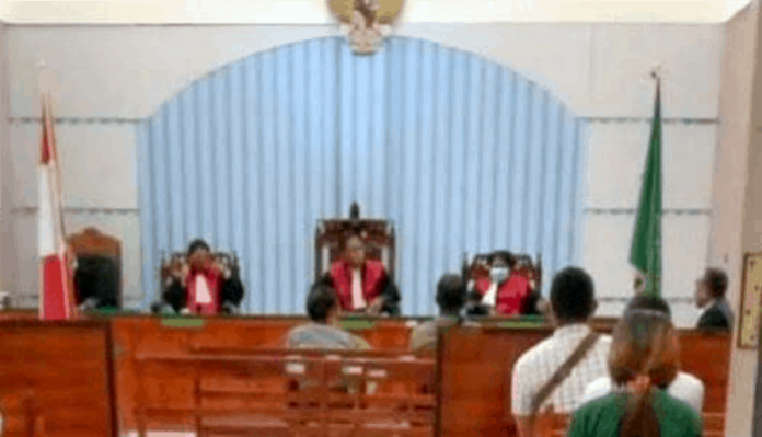 Sidang kasus politik uang di PN Atambua dipimpin Hakim Ketua, Gustav Bless Kupa, SH, dan Hakim Anggota, Sisera S. N. Nenohayfeto, SH, dan Olyviarin Rosalinda Taopan, SH pada Kamis (7/1/21).