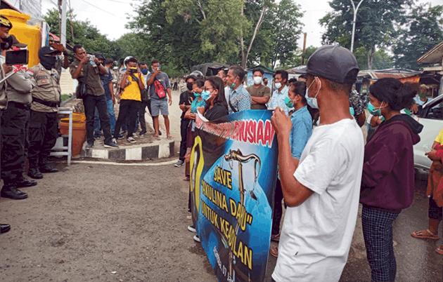 Massa APBPK saat demo di depan Mapolres Belu, Kamis (7/1/21).