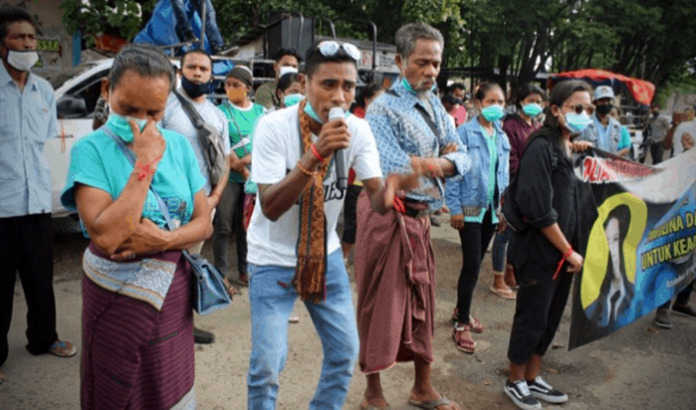 Orang tua AD saat ikut demo bersama massa APBPK di depan Mapolres Belu, Kamis (7/1/21).