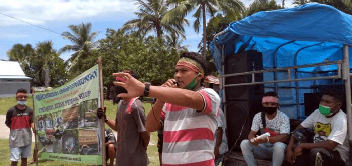 Massa FPLK saat demo di depan gedung DPRD Malaka, Selasa (16/2/21).