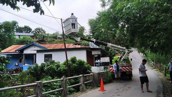 Pemasangan Lampu Jalan di Jembatan Biknoi, Rabu (10/2/21) pagi.