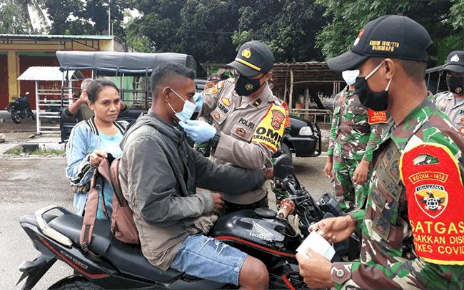 Kapolsek Insana Utara, Ipda. Dominggus N.SL. Duran, SH, bersama jajaran TNI sedang membagi masker kepada warga Wini, Rabu *10/2/21).