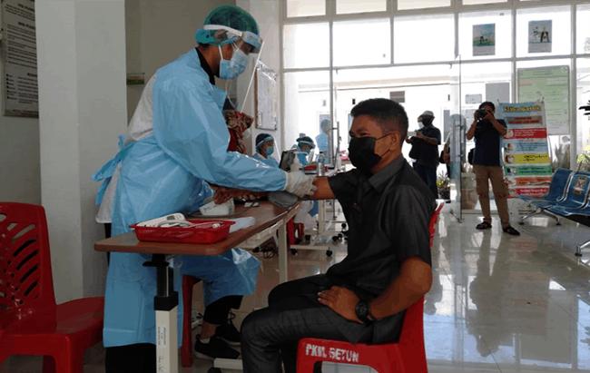 Anggota DPRD asal Partai Nasdem, Adrianus Tutu Nenometo, saat menjalani vaksinasi Covid-19 di Puskesmas Betun, Rabu (3/2/21).