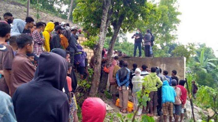 Warga Desa Kelle tampak memadati lokasi penemuan 4 korban.