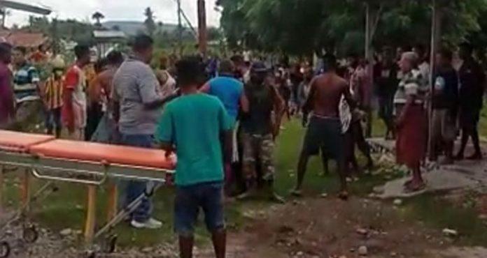 Warga dan aparat saat akan mengevakuasi korban ke rumah sakit Betun.