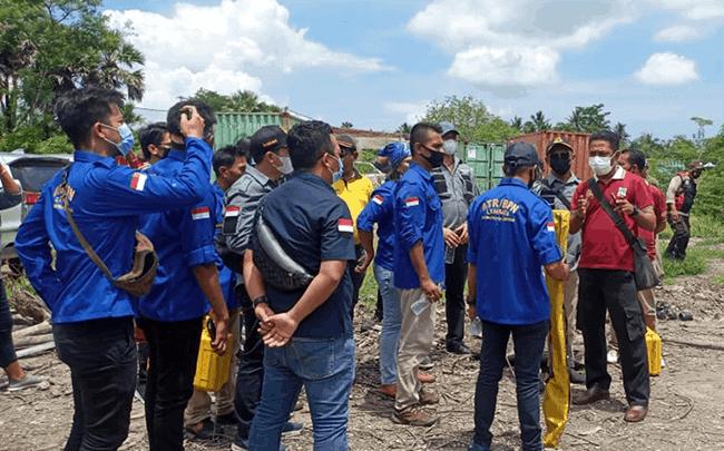 Ahli Appraisal bersama BPN Lembata di lokasi tambak udang milik Ben Teti di Desa Merdeka, Kecamatan Lebatukan, Lembata, Jumat (5/3/21).