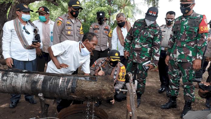 Kapolres TTU, AKBP Nelson F. D. Quintas, SIK, berkunjung ke tempat penyulingan minyak kayu putih di Desa Hamusu Wini.