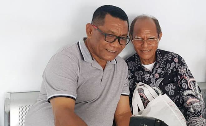 Thomas Ola Langoday (kiri) saat bertemu Ketua INKUD, Herman Wutun, pada tanggal 24 Februari 2020 (foto: fb)