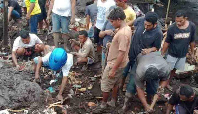 Pencarian korban banjir bandang di Adonara, Flotim, MInggu (4/4/21).