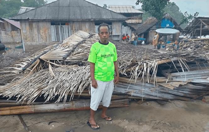 Rumah warga yang roboh akibat terjangan gelombang tinggi di Desa Adonara, Kecamatan Adonata Barat, KAbupaten Flores Timur, Jumat (2/4/21) sore.