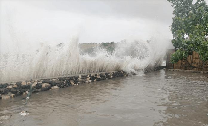 Gelombang Tinggi Terjang Desa Adonara, Jumat (2/4/21) sore.