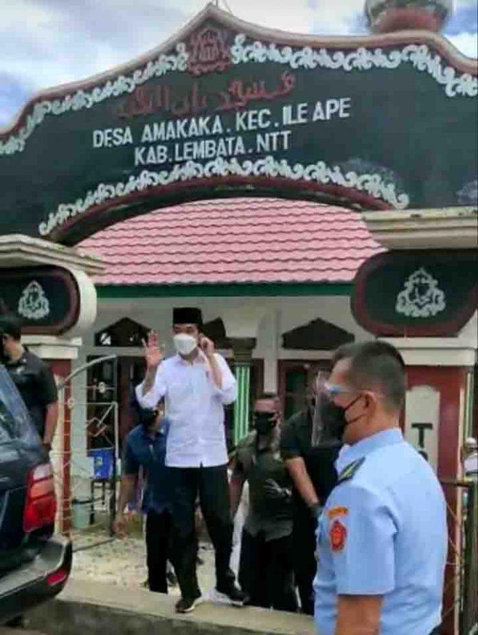 Presiden Jokowi usai Sholat Jumat di Masjid Amakaka di Desa Amakaka, Kecamatan Ile Ape, Kabupaten Lembata, JUmat (9/4/21).