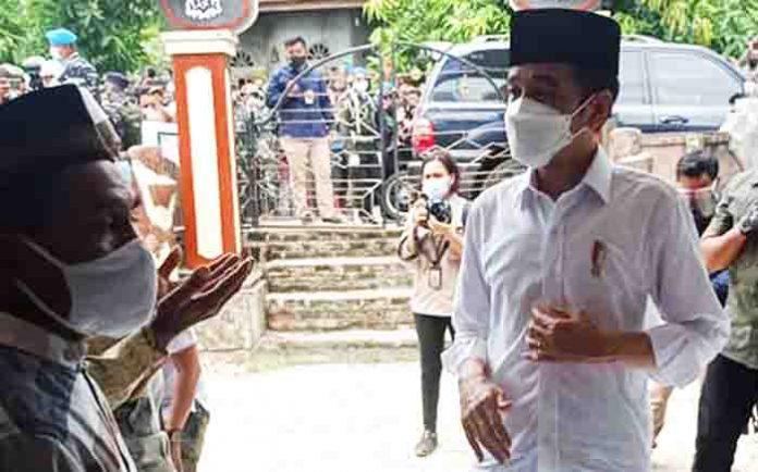 Presiden Jokowi di Desa Amakaka, Ile Ape, Lembata, Jumat (9/4/21).