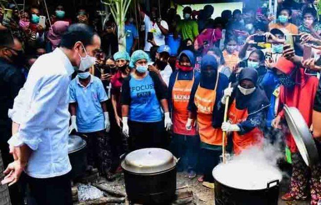 Presiden Jokowi menyempatkan diri melihat dari dekat aktivitas ibu-ibu di dapur umum penanganan bencana.