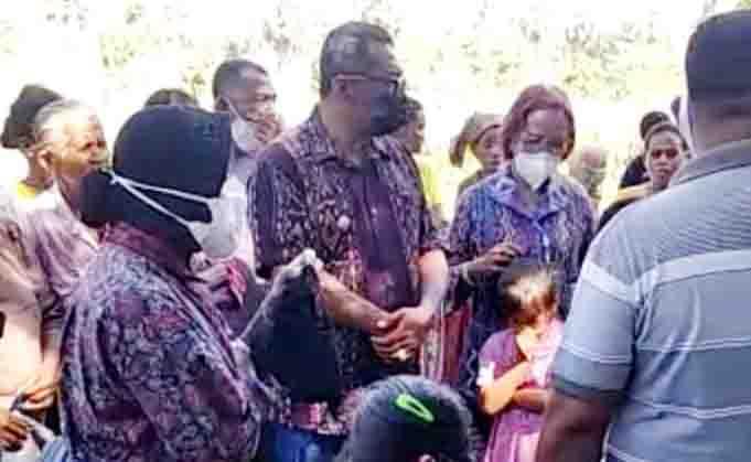 Mensos, Tri Rismaharini atau Bu Risma didampingi Wabup Lembata, Thomas Ola Langoday, saat mengunjungi korban bencana di Kantor Camat Ile Ape.