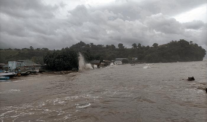 BMKG mengumumkan status waspada terhadap potensi angin kencang di hampir seluruh wilayah NTT, terutama di wilayah yang berada di sekitar pusat tekanan rendah seperti Kota Kupang, Kabupaten Kupang, Rote Nado, Sabu Raijua, dan sebagian Pulau Sumba.