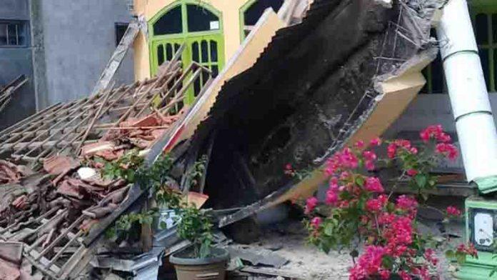 Rumah warga roboh akibat guncangan gempa bumi Malang, Sabtu (10/4/21).