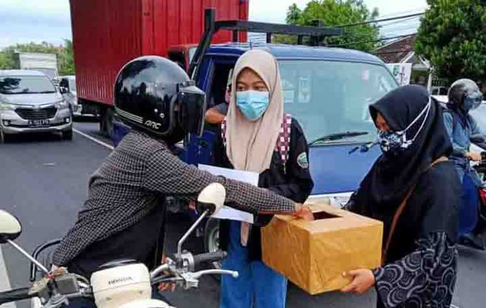 Penggalangan dana Peduli NTT di Denpasar, Bali, Jumat 9 April 2021.