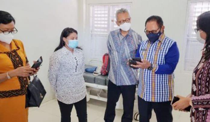 Dirjen Protokol dan Konsuler Kementerian Luar Negeri RI, Andy Rachmianto saat mengantarkan Wilfrida Soik ke Kupang dan disambut Wakil Gubernur NTT, Josef Nae Soi.