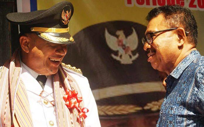 Yentji Sunur saat difoto bersama Lukas Witak usai Sunur dilantik jadi Bupati Lembata periode ke 2.