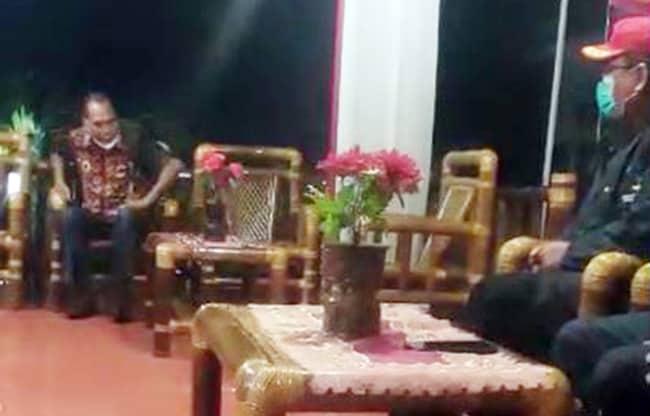Potongan gambar video saat seseorang yang diduga Amon Djobo tengah memarahi 3 staf Kementerian Sosial.