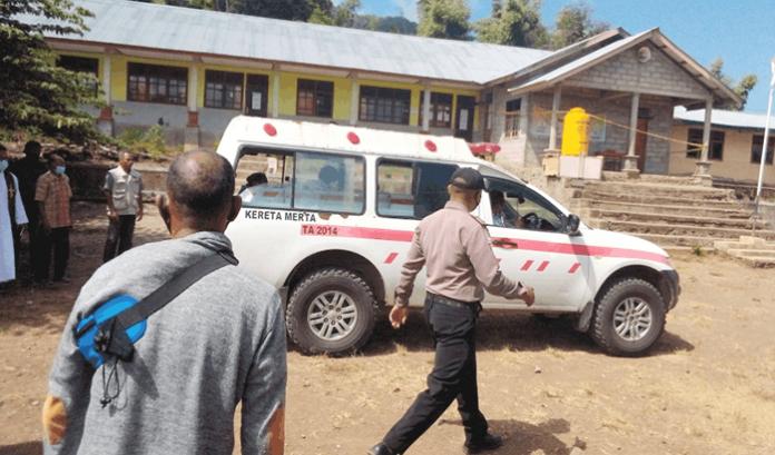 Mobil yang mengangkut jenasah Kepsek Azi Delfina (59) tiba di halaman SDI Ndora pukul 11.40 Wita, Rabu (9/6/21).