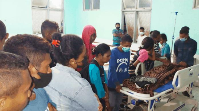 Korban keracunan ikan Buntal sedang dirawat IGD RSUD TC Hilers Maumere, Minggu (27/6/21).