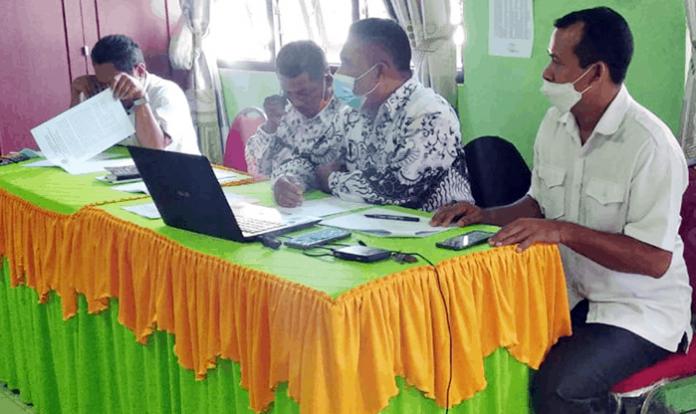 Pengurus PGRI Kabupaten Nagekeo saat menyampaikan keterangan pers, Rabu 99/5/21).