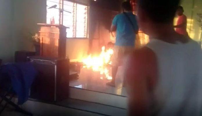 Api saat melahap tiga buah patung di dalam Kapela Santo Yoseph Mbay II, Kamis (10/6/21) pagi.