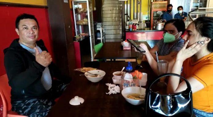 Anggota DPRD Kota Kupang, It Basuki, sedang makan bakso bareng keluarganya di Warung Bakso Kota, Senin (27/7/21) sore.