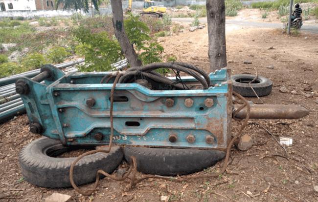 Saat ini Excavator sedang disewakan di Riung, Kabupaten Ngada. Sedangkan Breaker disimpan di halaman Kantor PUPR dan kondisinya kini sudah mulai berkarat.