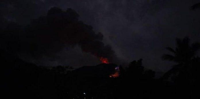 sampai pagi hari ini masih terlihat lontaran lahar panas yang membakar vegetasi di bagian selatan