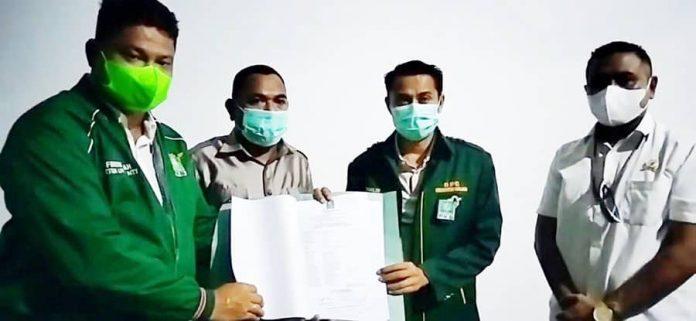 Kim Taolin saat menerima SK DPP PKB di kediamannya di Dusun Wemalae, Desa Wehali, Kecamatan Malaka Tengah.