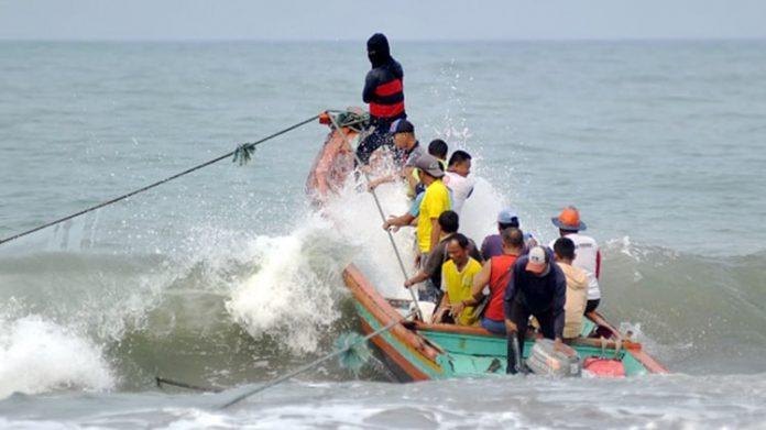 Sembilan kapal telah berangkat dari pesisir pantai untuk mencari ikan. Di tengah laut, mereka merasakan sesuatu yang aneh. Getaran jala terasa hingga di kemudi kapal.