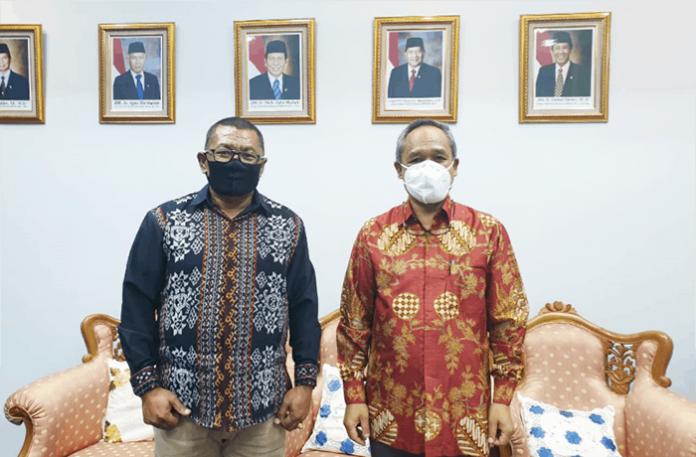 Wakil Bupati Lembata, Thomas Ola Langoday, foto bersama Wakil Ketua Umum sekaligus Koordinator Partai Demokrat Wilayah Indonesia Timur, Benny Kabur Harman.