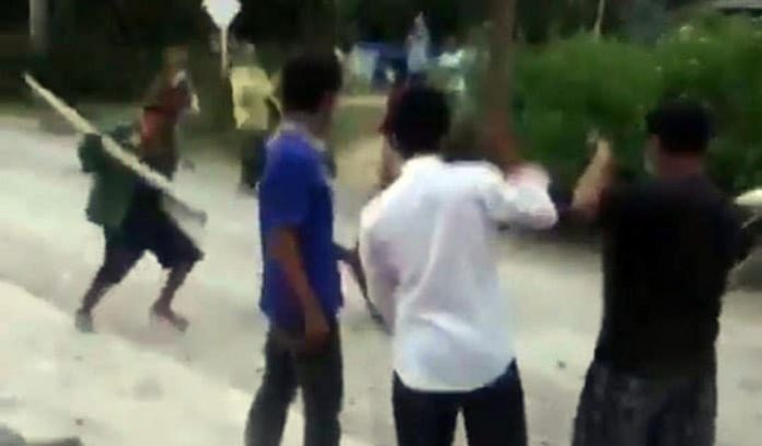 Foto: Seorang pria asal Toba, Sumut, dianiaya warga di kampungnya karena positif COVID-19. Korban sempat diikat, dipukul, hingga diasingkan. (Screenshot video viral)