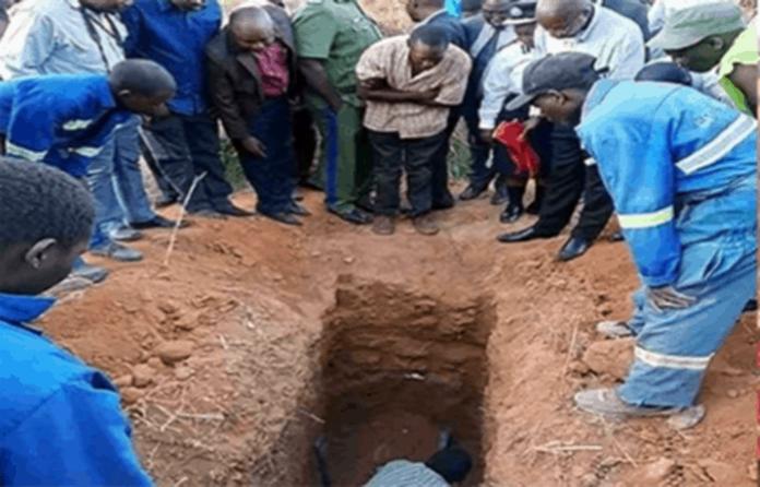 Polisi menyebut, pakaian Almarhum ditutupi lendir dan darah yang mengindikasikan ia sempat berjuang untuk keluar dari kubur sampai napas terakhirnya.