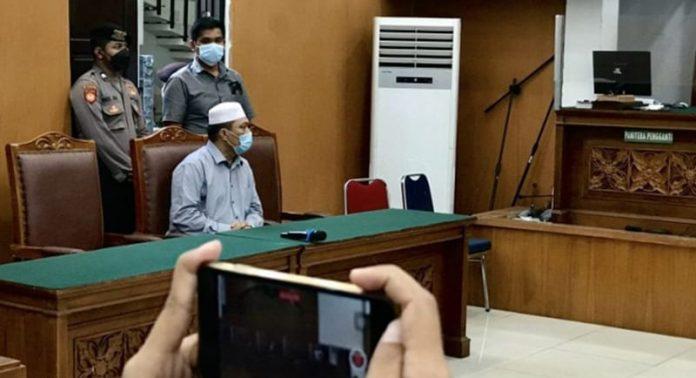 Tersangka kasus penistaan agama Yahya Waloni (duduk kiri) mendengar penetapan hakim terkait pencabutan permohonan praperadilannya di Pengadilan Negeri Jakarta Selatan, Jakarta, Senin (27/9/2021).
