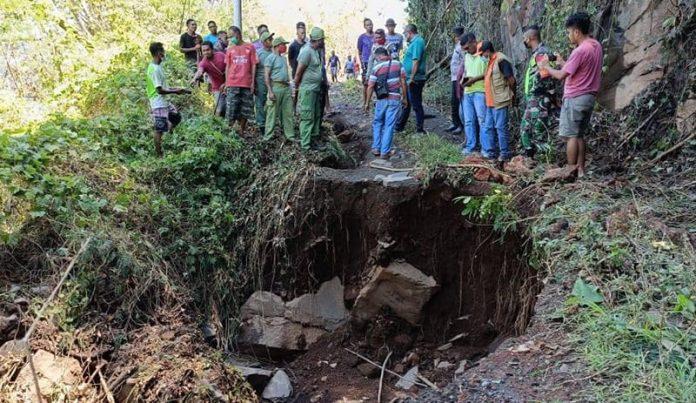 Plt. Bupati Lembata, Thomas Ola Langoday, saat berada di lokasi longsor di Nagawutun, Lembata, Minggu (5/9/21).